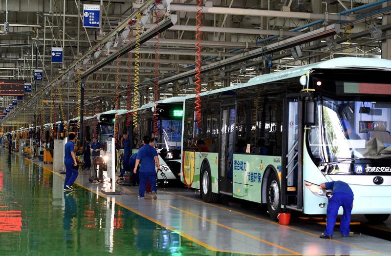 工人在鄭州宇通新能源客車生產線上工作(2016年7月28日攝)。