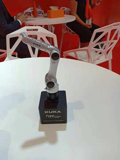 库卡工业自动化的最新作品:用机械手制造出的机械手。
