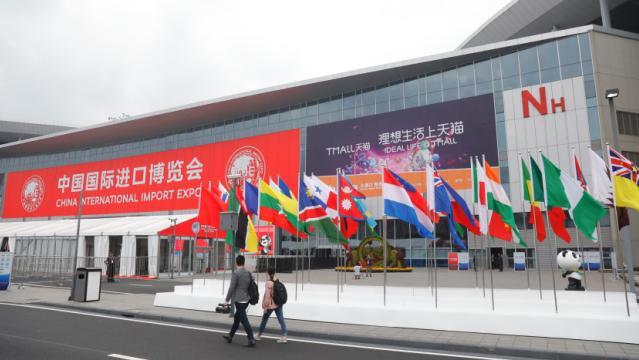 图为中国国际进口博览会主会场门口。(来源:第一财经)