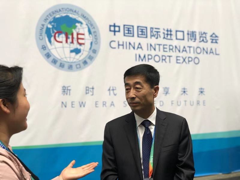 伊利集团执行总裁张剑秋在首届中国国际进口博览会现场接受媒体采访