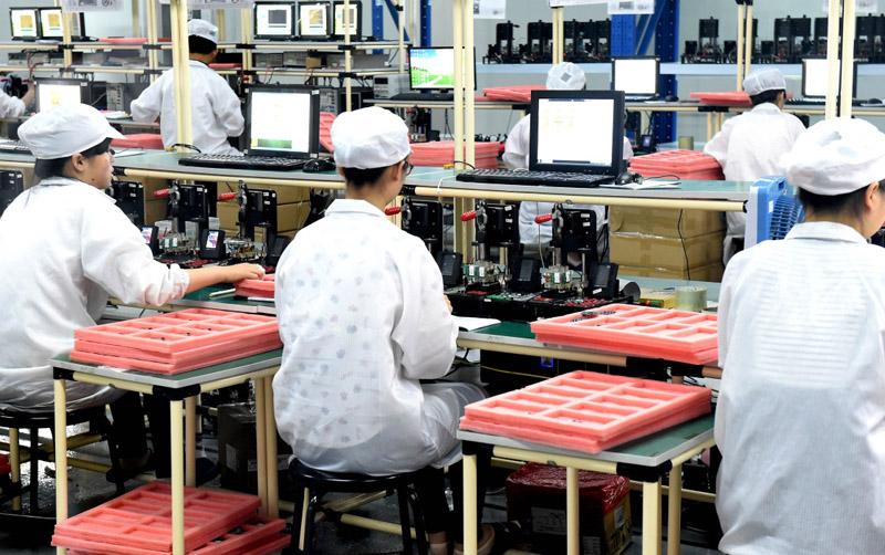 工人在鄭州航空港區智能終端產業園一家手機制造企業生產線上工作(2016年7月29日攝)。