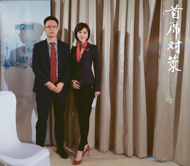 姜超(左)与第一财经记者李策合影