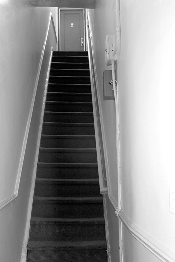 罗斯家门前的楼梯,凶案发生地。