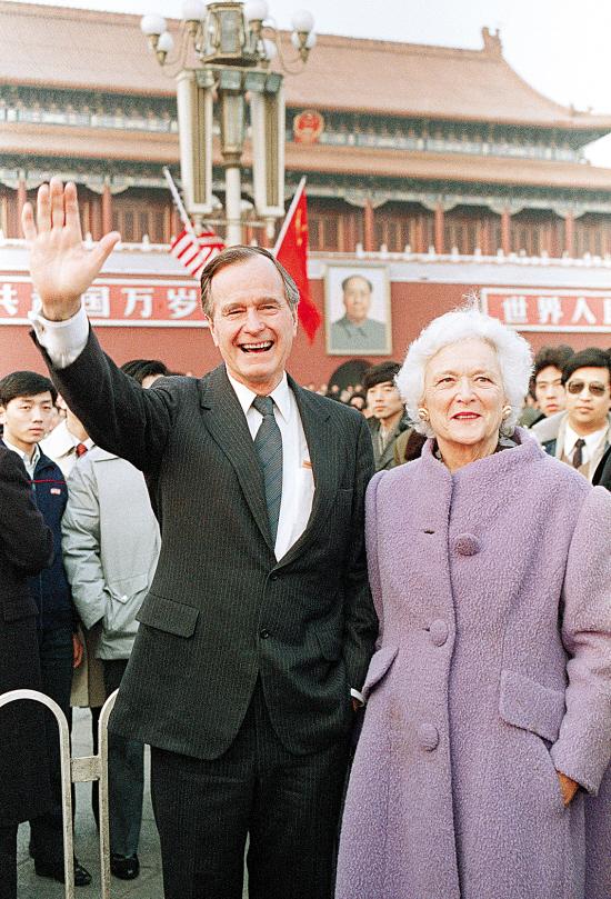 老布什与夫人芭芭拉访问中国