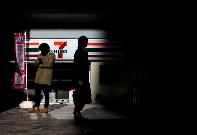 """日本遍地开花的便利店在大前研一眼中有几分""""不祥"""",他把它们看作年轻人欲看全无的主要社会背景。视觉中国图"""