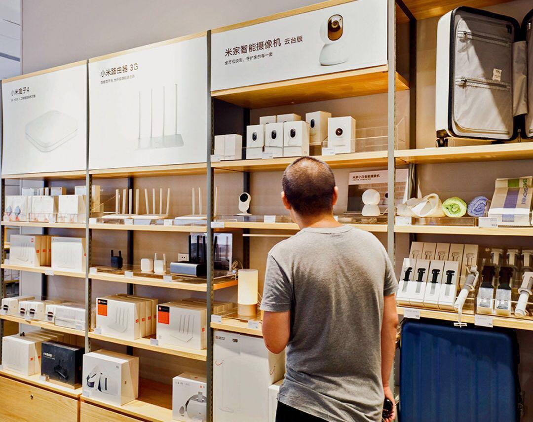 小米门店内,货架上的商品只有手机、电视、路由器、智能音箱等少数单品由小米设计和生产。