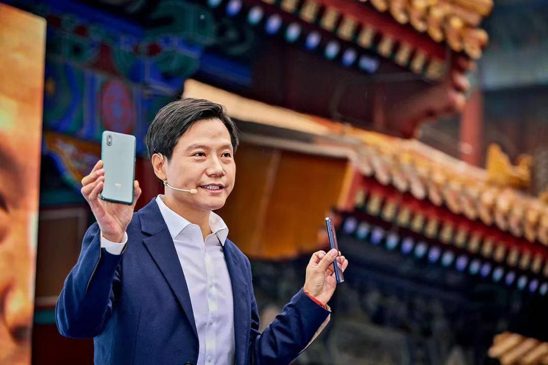 2018年10月,小米MIX 3的新品发布会选择在北京故宫博物馆里举行。MIX系列手机正在帮助小米渐渐拉升它的手机平均售价。