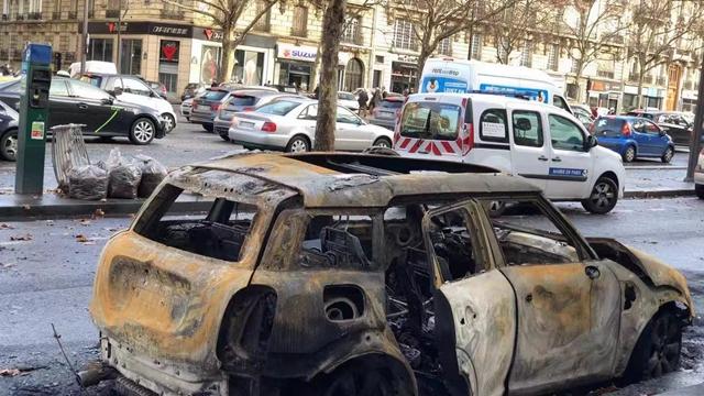 巴黎被示威者烧坏的汽车2(摄影:第一财经记者钱童心)
