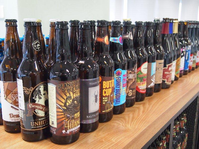Tip:和工业啤酒相比,精酿啤酒是由水、麦芽、酵母和啤酒花组合的奇妙碰撞,全世界按照种类划分,有100多种风格,国内常见的有拉格、IPA(印度淡色艾尔)、世涛、修道院等。从诞生之初,精酿啤酒受追捧的一大原因,在于它在四大原料基础上,几乎可以添加任何东西。 殷杰供图