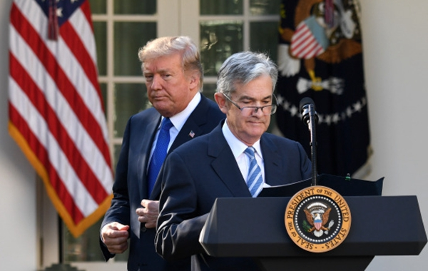 特朗普(左)与美联储理事杰罗姆·鲍威尔在华盛顿白宫出席美联储主席提名仪式。新华社资料图