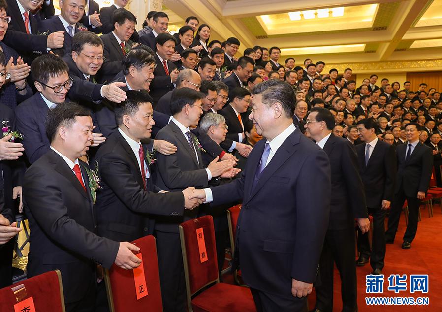 1月8日,2018年度国家科学技术奖励大会在北京人民大会堂隆重举行。这是会前,党和国家领导人习近平、李克强、王沪宁、韩正等会见获奖代表。(图片来源:新华社)
