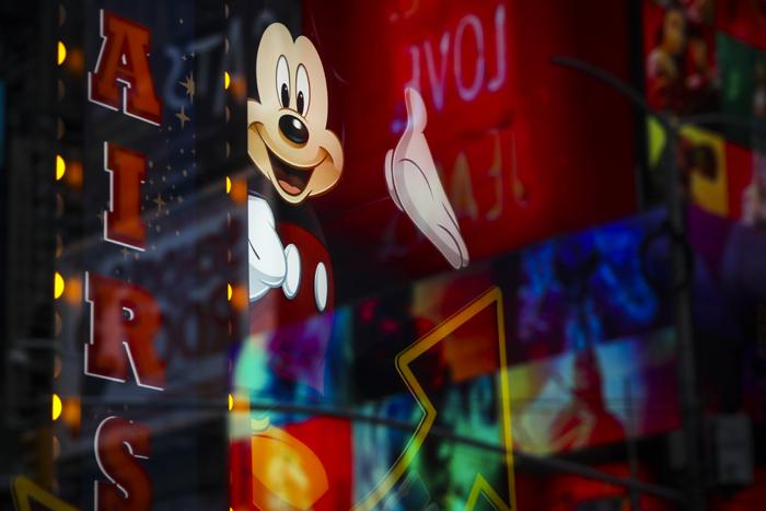 在以Netflix为代表的流媒体的强大挑战下,迪士尼迅速启动内部重组,并斥巨资收购20世纪福克斯,建立渠道、打通版权、扩充内容,试图打造一个全球性的多平台传媒集团。