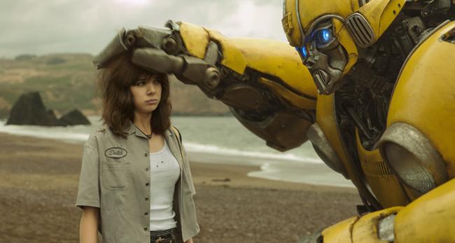 在影片中,大黄蜂和少女查莉产生了深厚的友谊,大黄蜂的角色设定变得更为人性化。图片来自网络
