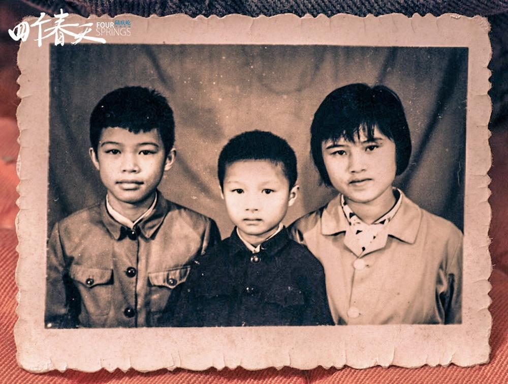 对陆庆屹来说,如果《四个春天》有什么拍摄困难,就是姐姐陆庆伟(图右)的离开。