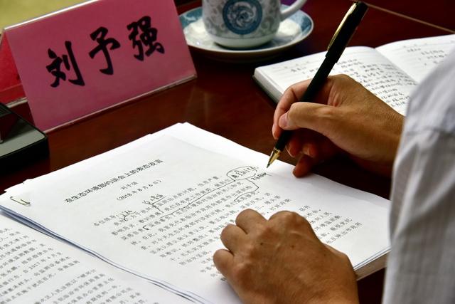 2018年8月6日,山西省临汾市市长刘予强在约谈会前亲自修改发言稿。摄影/章轲