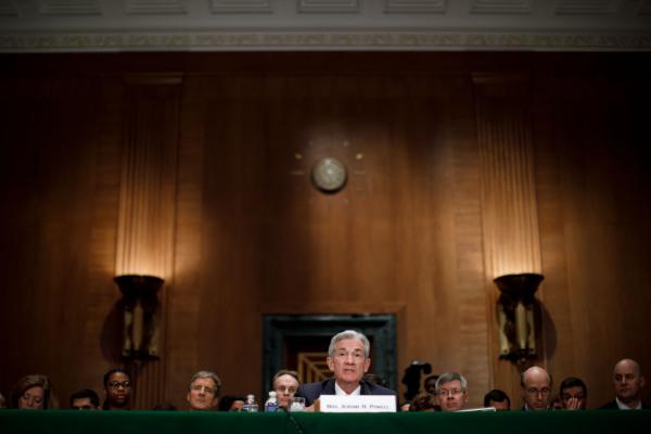 美联储主席鲍威尔出席美国国会参议院银行委员会的听证会。新华社资料图