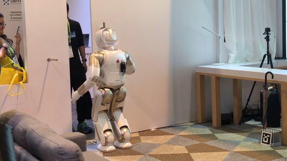 机器人正在给主人开门