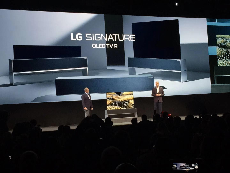 LG可卷曲OLED电视能呈现三种状态,卷入音箱盒中、半屏展示与全屏展示。