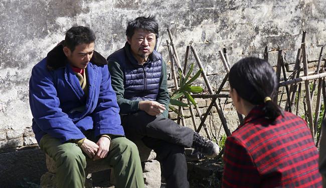 导演孔笙在给演员们讲戏。图片来自网络