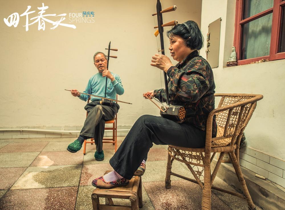 两个老人闲暇时会合奏一曲,日子过得乐天豁达。