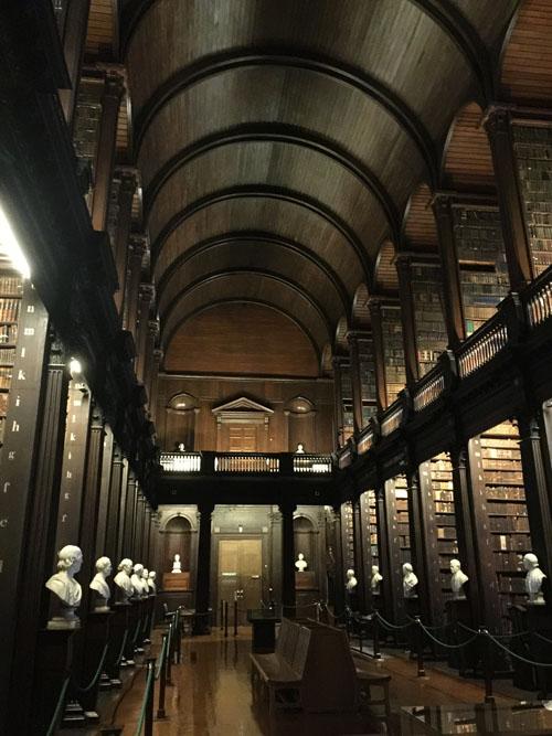 爱尔兰最古老的大学圣三一学院,老图书馆内藏有制作于9世纪的凯尔经