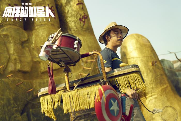 截至2月11日16?#20445;?#38543;着《疯狂的外星人》票房破15亿元,黄渤成为中国影史第一?#40644;?#30334;亿票房演员。