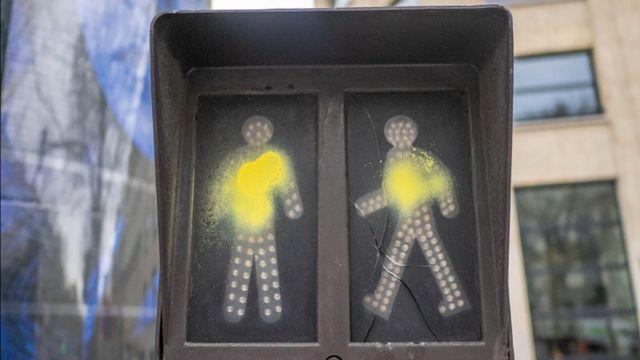 """香街上被喷成""""小黄人""""的过街路灯 (和诺/摄)"""