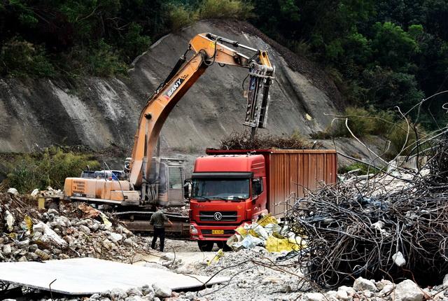 2018年12月6日,深圳市一工地堆放的建筑垃圾。摄影/章轲