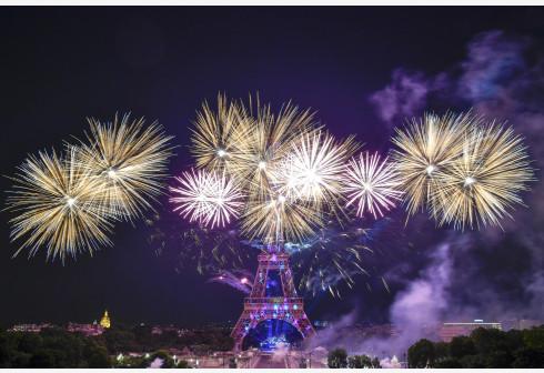 游行和罢工导致不少公共服务暂停,其中就包括巴黎的地标性建筑埃菲尔铁塔