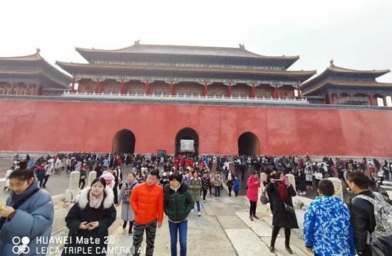 """春节假期加上""""丰年好大雪?#20445;?#25925;宫游客如织。摄影/流星"""