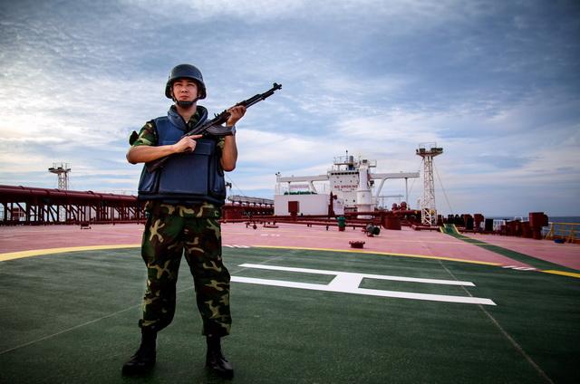 华信中安的安保人员在远洋船?#29616;?#21220;。资料来源:华信中安