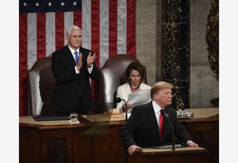 特朗普的演讲中,民主党的国会成员全体两次起立鼓掌欢呼