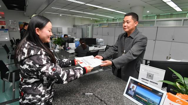 成都高新交通政务掌上网厅发出首证