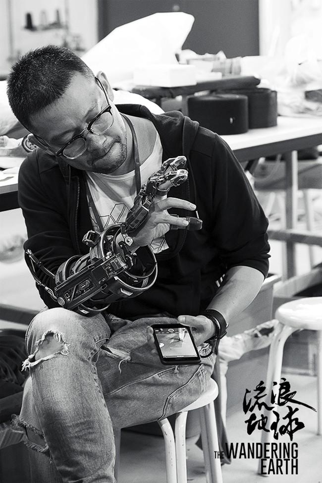 导演郭帆在测试外骨骼。