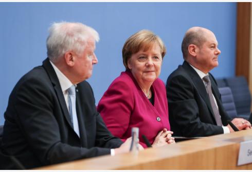 德国总理、基民盟主席默克尔(中)与德国财政部长肖尔茨(右)