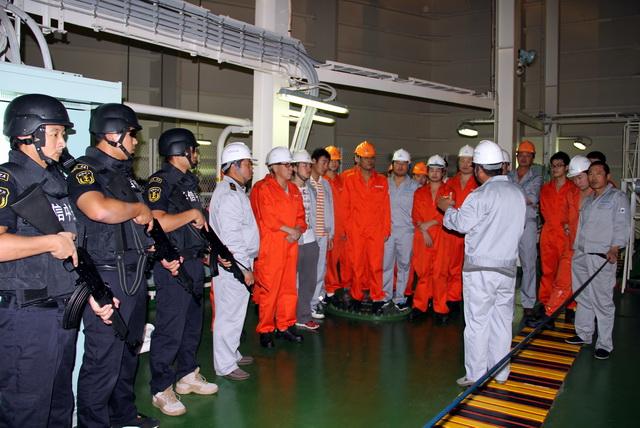 中国远洋船上,管理人员在布置安保工作。资料来源:华信中安