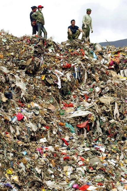 国内某城市中的垃圾山。日益增多的城市垃圾已经成为令管理者挠头的大问题。摄影/章轲