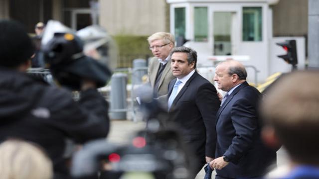 """深陷""""通俄门""""调查的美国总统特朗普私人律师科亨(中)去年出庭后准备离开"""