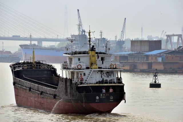 防治船舶水污染物非法排放转移处置污染环境是打好污染防治攻坚战的重要任务之一。摄影/章轲