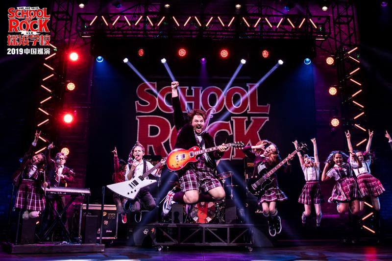 此次上海站延续澳洲墨尔本巡演班底,成年演员表演出色,主角杜威扮演者布伦特·希尔将拥有摇滚梦想的中年肥宅演得诙谐风趣。
