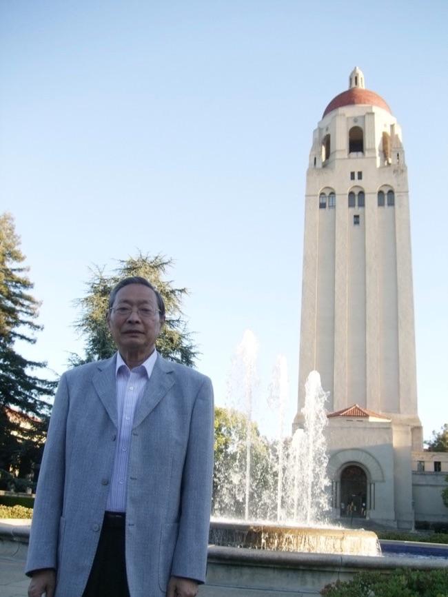 """杨天石在斯坦福大学抄录蒋介石日记期间于""""胡佛塔""""前留影。"""