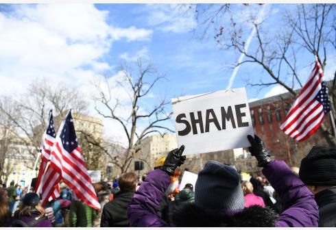 """美国多地举行示威活动,抗议特朗普动用行政权力筹款""""造墙""""。"""