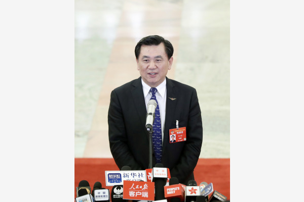 """中国民用航空局局长冯正霖在""""部长通道""""接受采访。"""