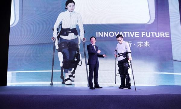 顾捷在展示公司的康复机器人