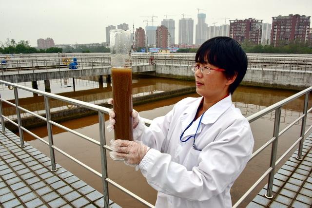 我国环保产业仍处于大有可为的战略机遇期。图为江西省南昌市一家污水处理厂技术人员正在观察污水处理情况。摄影/章轲