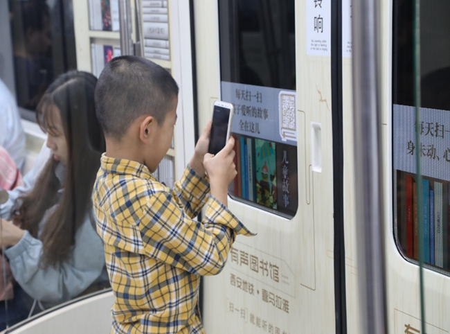 """西安地铁2号线""""有声图书馆""""地铁专列开出后,立刻成为""""网红打卡地""""。图片来自网络"""