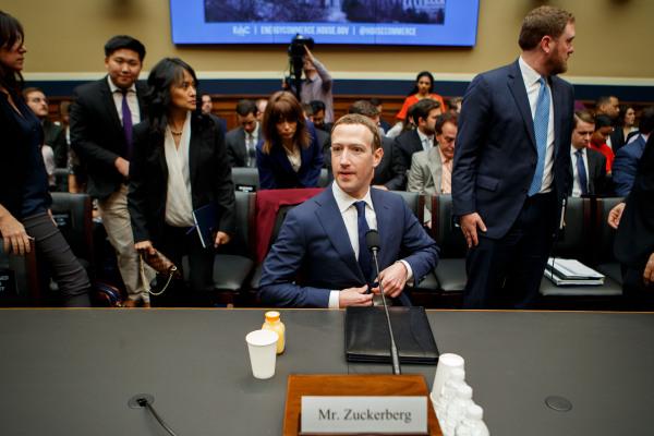 脸书公司首席执行官马克·扎克伯格(中)出席美众议院听证会。新华社资料