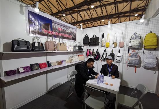 首次参加华交会的东莞市朝发皮具有限公司展台。