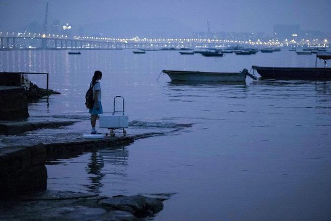 """《过春天》的主人公佩佩是一个生活在深港两地的""""跨境学童"""",她家在深圳,每天去香港上学"""