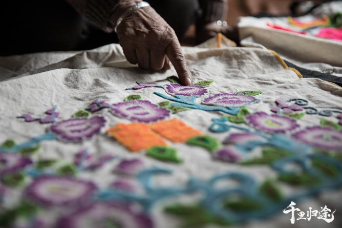 唐努给也是东乡手艺一流的老绣娘,这个牵牛花枕套是她年轻时候的绣品,寓意夫妻情投意合。 摄影/王晓东